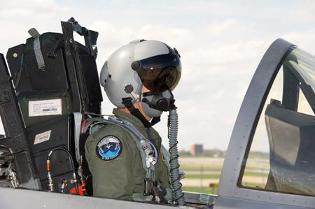 Acima: O capacete JHMCS elevou a consciência situacional do piloto a níveis inéditos na história da aviação de combate.