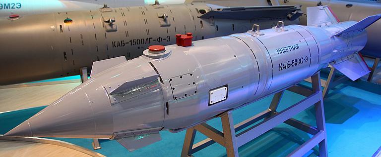 Acima: A Kab-500S é a bomba guiada por satélite usada pela força aérea russa. Trata-se de uma arma muito precisa com elevado poder destrutivo.