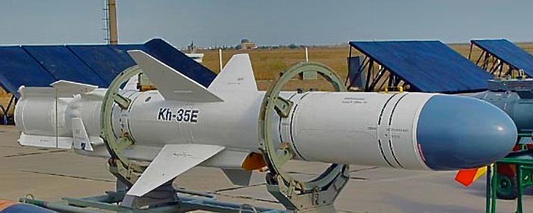 Acima: Com um desenho similar ao míssil americano AGM-84 Harpoon, o KH-35 é um dos poucos mísseis anti-navio com velocidade subsônica fabricado na Rússia.
