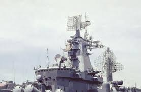 Acima: A antena mais alta é do sistema de radar MR-800 Voshkod (Top Pair) e o segundo, montado logo atrás e mais baixo é o sistema de radar MR-700 Fregat (Top Steer). Nos navios desta classe que foram construídos posteriormente, esse radar foi substituído pelo MR-710 Fregat MA (Top Plate).