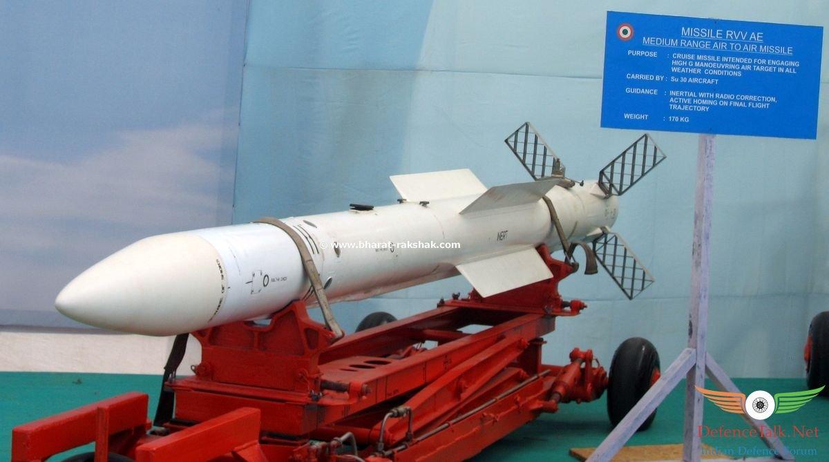 Acima: O R-77 é o míssil ar ar de médio alcance de melhor desempenho do Su-35S. Além de ter um bom alcance (110 km. nas versões mais recentes), tem ainda capacidade elevada de manobra o que permite que seja usado até em combate de curto alcance se for necessário.
