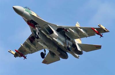 Acima: Visto de baixo, o espaço existente entre os dois motores do Su-35 sob a fuselagem fica evidente. Notem a composição de 12 mísseis desse protótipo do Su-35BM.