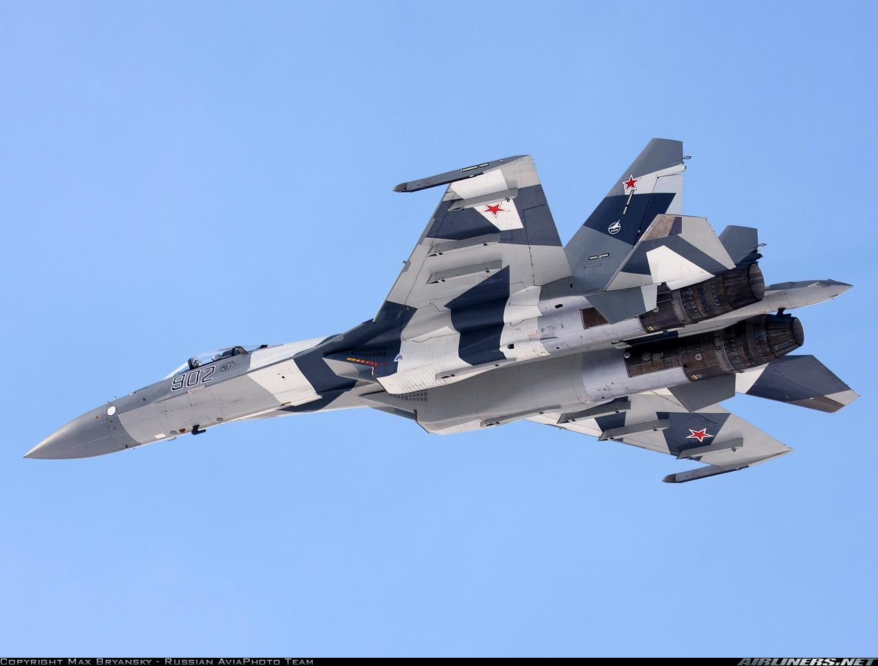 """Acima: O protótipo do Su-35BM, sob o numero """"902"""" fez várias demonstrações de desempenho de fazer o mais experiente piloto acrobático deixar cair seu queixo."""