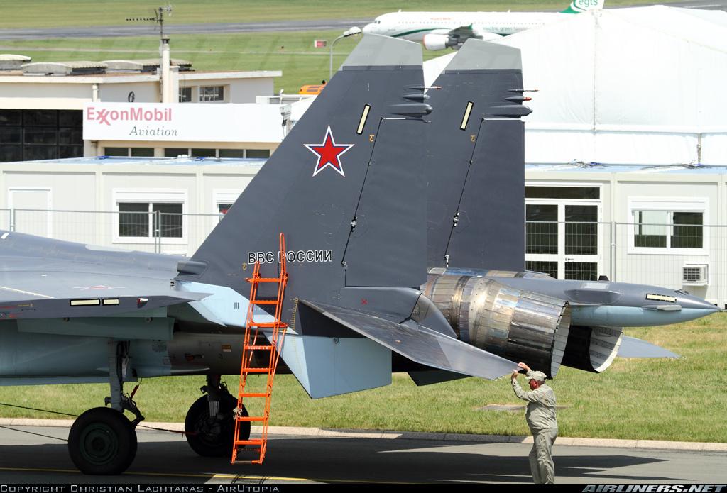 Acima: Os motores 117S instalados no Su-35S possuem vetoração de empuxo tridimensional de 15º, aumentando significativamente o controle da aeronave e sua manobrabilidade em velocidades reduzidas.