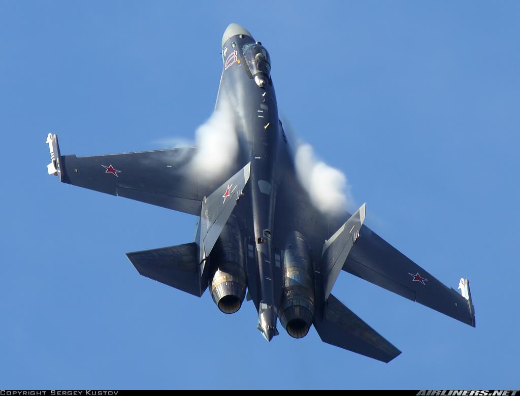 Acima: A capacidade de manobra do Su-35S é simplesmente mágica. Além de sua instabilidade natural e um avançado sistema de controle de voo FBW como explicado acima, o Su-35S conta com vetoração de empuxo tridimensional. É o avião de combate mais manobrável do mundo.
