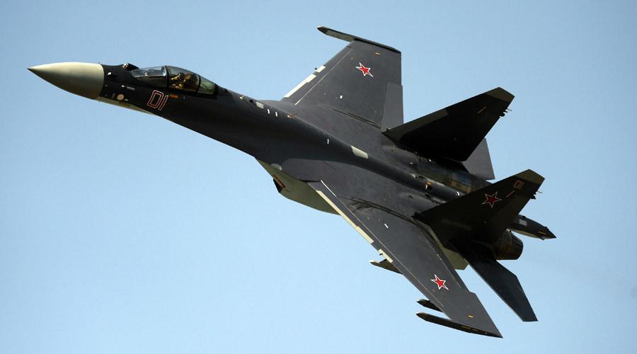 Acima: O Su-35S tem tratamento de sua fuselagem com materiais absorventes de radar RAM, que permitiu uma significativa diminuição de sua reflexão para os radares inimigos que tem dificuldades de detectar ele a distancias elevadas.