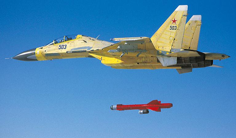 Acima: Aqui temos o lançamento de um míssil Kh-59 por um Su-30MK russo. Notem o pequeno motor turbofan 36MT abaixo do míssil, que permite um alacance de 285 km a este armamento.