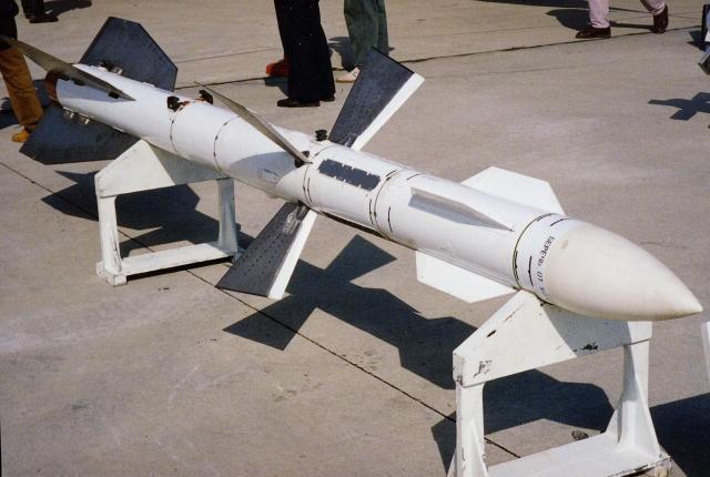 Acima: O míssil acima é a versão de alcance estendido do R-27, conhecido como R-27ER. Seu alcance chega a 117 km.