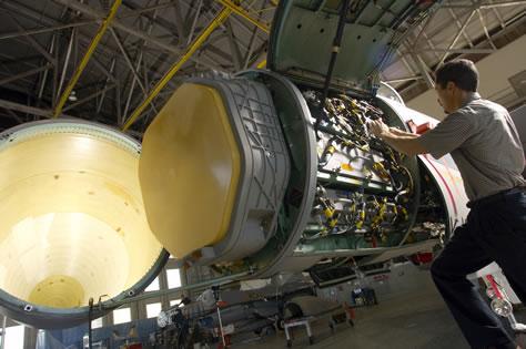 Acima: O novo radar AN/APG-63(V)3 de escaneio eletrônico ativo (AESA) aumentou significativamente a capacidade do F-15C Eagle na arena fora do alcance visual.