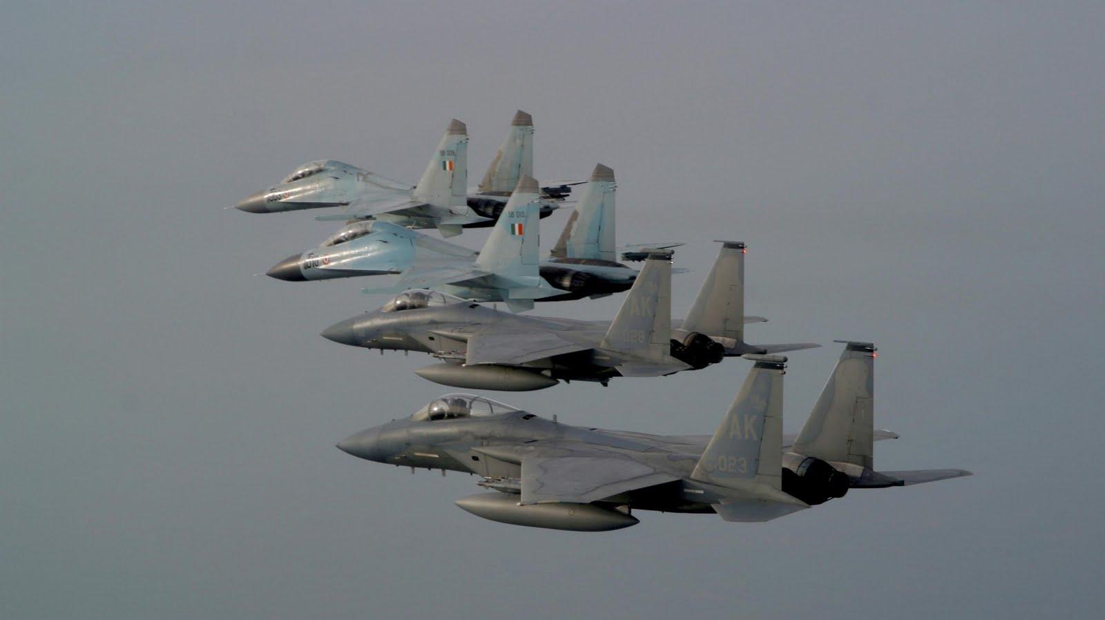 Acima: Uma rara foto com dois F-15C voando em formação com dois caças Su-30 Flanker indianos.