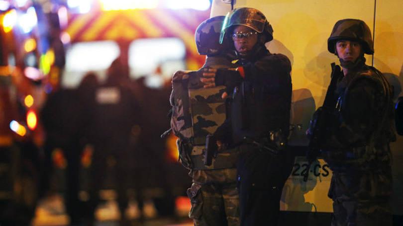 Hollande chega a casa de shows onde dezenas foram mortos