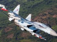 Acima: Observem que o Su-35S, assim como qualquer caça da família Flanker, nunca é visto com tanques externos. na verdade ele nem precisa. Sua capacidade de armazenamento de combustível interna, permite uma autonomia fora do comum liberando os cabides externos apenas para armas.