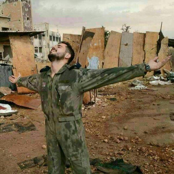 Soldado sírio gosto liberdade após 3 anos servindo para proteger Kweirs base aérea de cerco