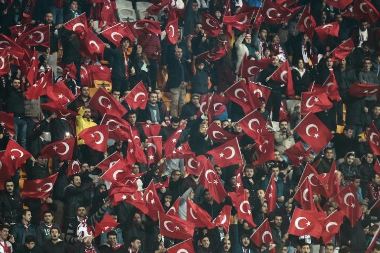 Torcedores turcos gritam 'Allah Akhbar' e vaiam minuto de silêncio