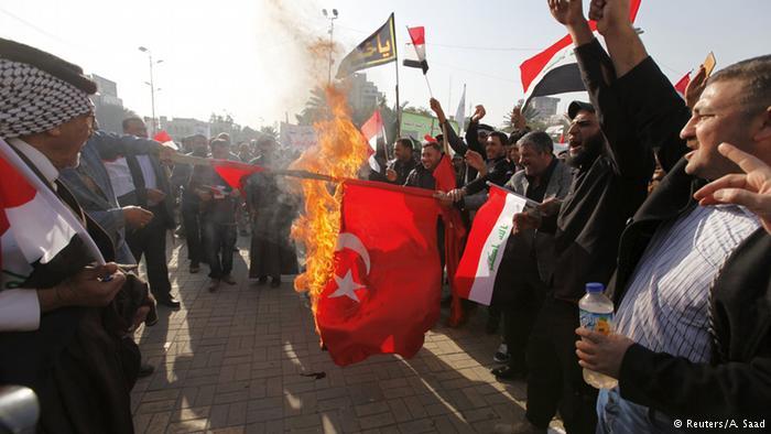 Manifestantes incendeiam bandeiras da Turquia em Bagdá