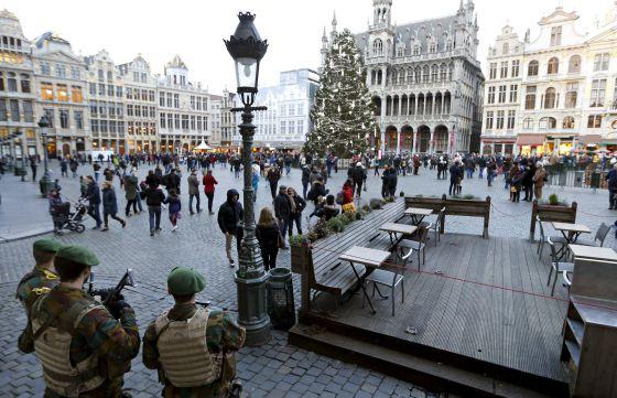 Soldados belgas vigiam a Grand Place, em Bruxelas. FRANCOIS LENOIR REUTERS