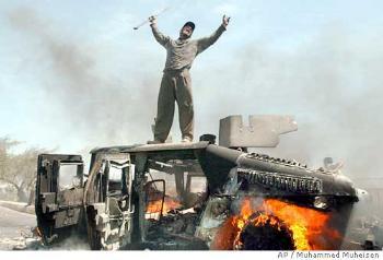 Humvee destruído e exibido como troféu. Crédito da foto: AP/Muhammed Muheisen