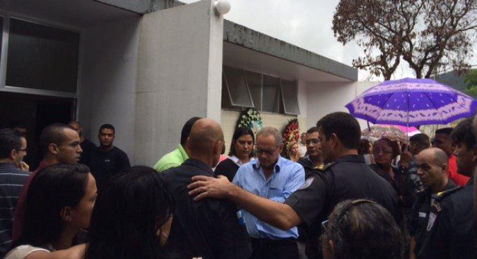 Beltrame, de azul, durante o enterro dos soldados mortos no Jacarezinho. Secretário vai tirar os fuzis e substituí-los por carabinas nas 38 regiões com UPP(Leslie Leitão/VEJA)