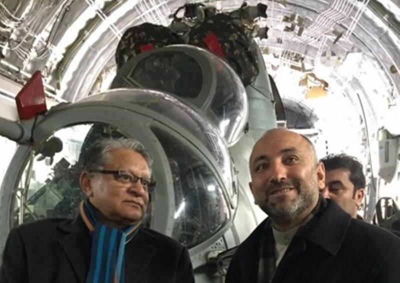 Conselheiro de Segurança Nacional Afegão Hanif Atmar e o embaixador indiano para o Afeganistão Amar Sinha inspecionando os helicópteros durante sua entrega pela Força Aérea Indiana.