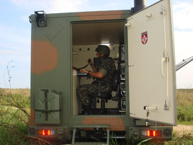 Um dos operadores dá a dimensão do tamanho do Shelter: Foto – Exército Brasileiro