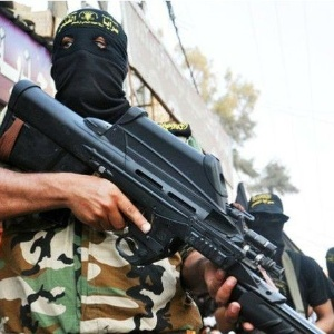 Membro da Brigada Al-Quds mostra seu fuzil belga