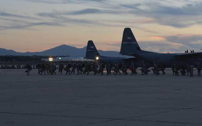 Soldados transportados por via aérea, a partir do XVIII Airborne Corps, e 82 ª Divisão Aerotransportada, utilizado com sucesso Capability Enroute Mission Command durante o exercício Entrada Comum forçada no Centro Nacional de Treinamento em Fort Irwin, na Califórnia., 05-06 agosto de 2015.