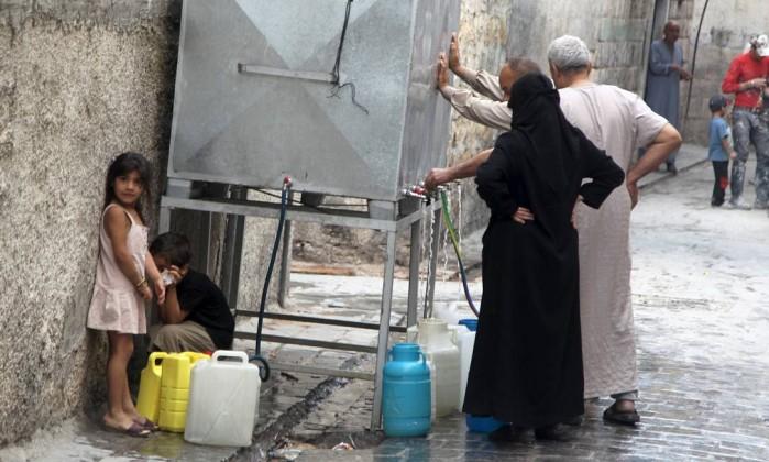 Moradores enchem recipientes de água nas ruas de Aleppo, alvo de combates entre as forças do governo sírio e rebeldes - STRINGER / REUTERS Leia mais sobre esse assunto em http://oglobo.globo.com/mundo/ocidente-ignorou-proposta-russa-de-renuncia-de-assad-em-2012-diz-jornal-17492764#ixzz40L7kGH6E  © 1996 - 2016. Todos direitos reservados a Infoglobo Comunicação e Participações S.A. Este material não pode ser publicado, transmitido por broadcast, reescrito ou redistribuído sem autorização.