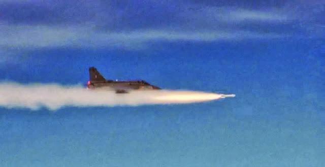 Caça leve Tejas dispara um míssil Derby pela 1ª vez, e avança um passo em sua qualificação visando ser aceito na Aviação da Índia e no mercado internacional