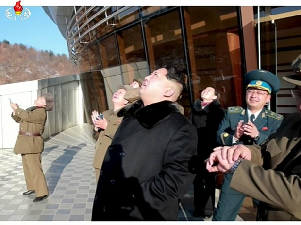 Líder norte-coreano Kim Jong Un assiste ao lançamento do foguete (Foto: Reuters/Yonhap)