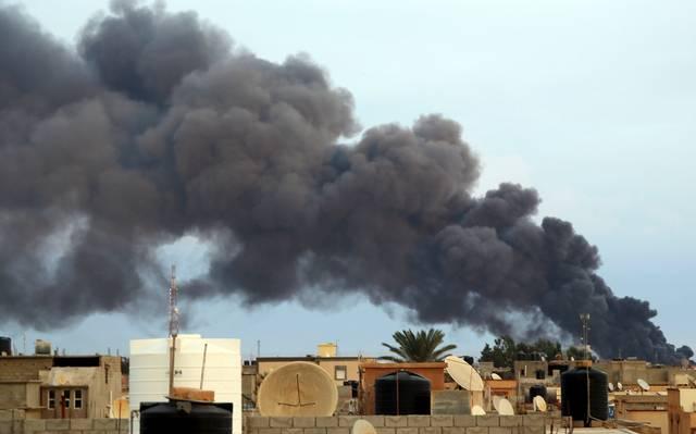COLUNA DE FUMAÇA SE ERGUE APÓS BOMBARDEIO AÉREO NA CIDADE LÍBIA DE BENGHAZI. FOTO: STRINGER/REUTERS