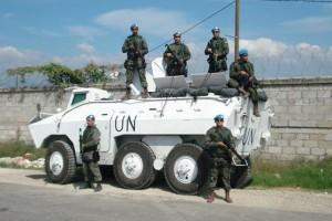Durante su participação na   Missão das Nações Unidas para Estabilização do Haiti (Minustah) a Infantaria da FAB pode conhecer mais sobre a doutrina de emprego de viaturas blindadas. Na imagem membros da Infantaria da FAB posam junto de um Engesa EE-11 Urutu.