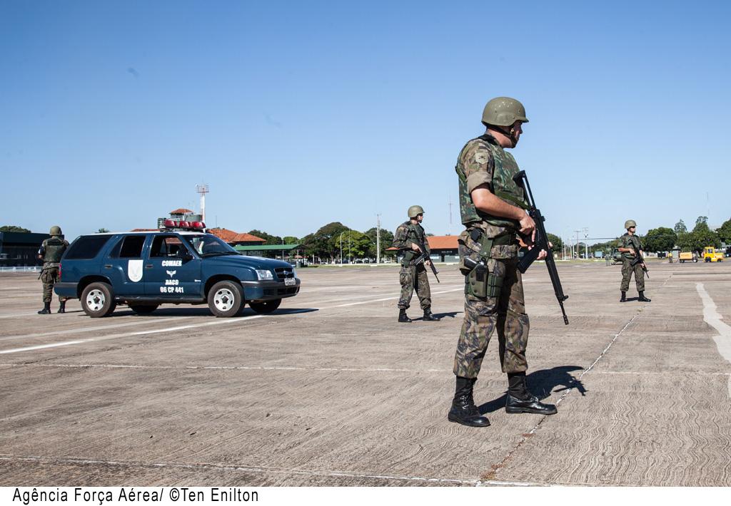 Militares da Infantaria da FAB realizam Medidas de Controle no Solo (MCS) na Base Aérea de Campo Grande. O uso de viaturas não blindadas