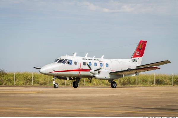 Com 32 anos de atividade, Bandeirante do GEIV faz último voo como aeronave de insp