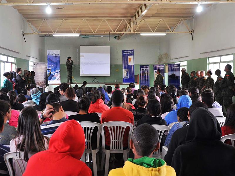 Alunos da Escola Estadual Professora Alda de Moura Carvalho assistem palestra sobre as formas de ingresso da Marinha