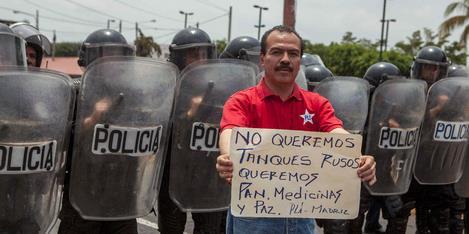 Um homem participa de uma manifestação contra a compra de material bélico russo em Manágua, a capital da Nicarágua. A oposição fez duras críticas ao governo sandinista de Daniel Ortega pela compra de armamentos russos. (Jorge Torres / EFE)