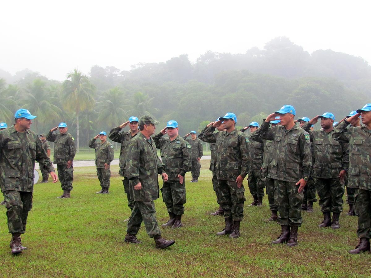 Os militares selecionados fizeram a troca do gorro camuflado pelo gorro azul, símbolo dos Mantenedores da Paz da ONU