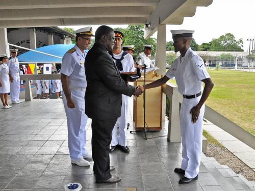 Embaixador Nuuyoma e Almirante Dantas premiam o primeiro colocado do curso, Marinheiro Wilfried Shipiki,