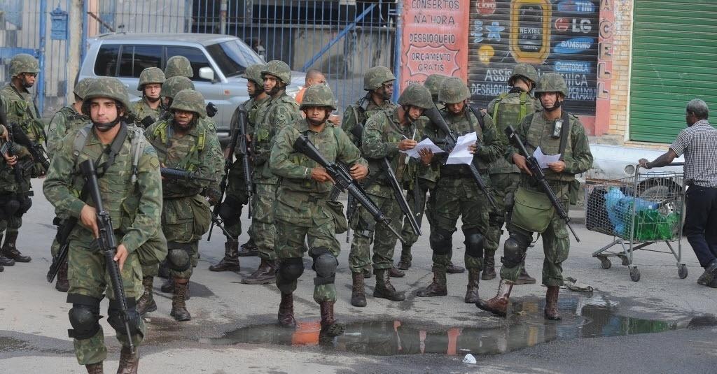 5abr2014---militares-durante-a-ocupacao-do-complexo-de-favelas-da-mare-no-rio-de-janeiro-rj-neste-sabado-5-a-area-onde-vivem-130-mil-pessoas-ja-estava-o