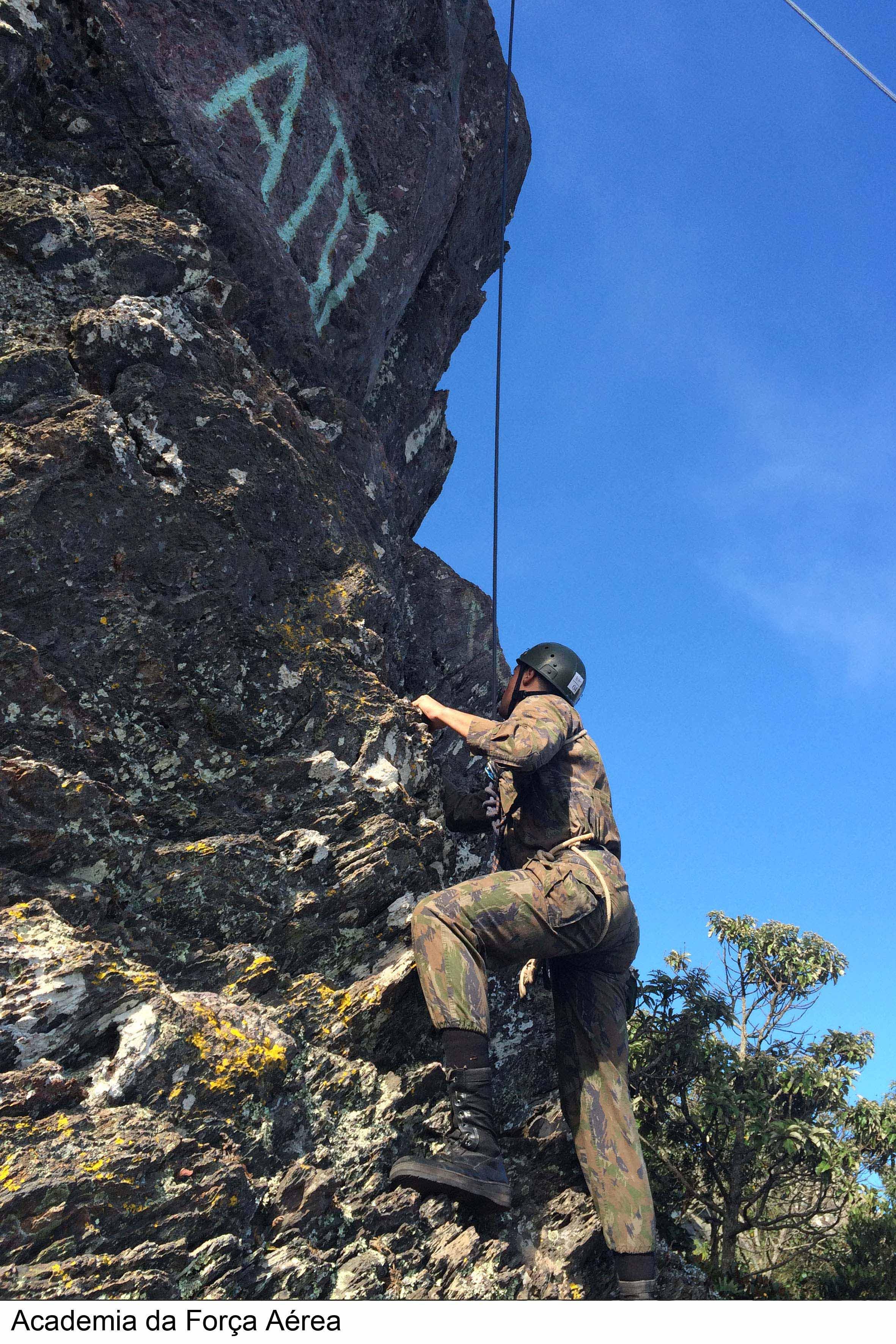 FAB PÉ DE POEIRA: Cadetes do Curso de Formação de Oficiais de Infantaria realizam estágio de combate em montanha