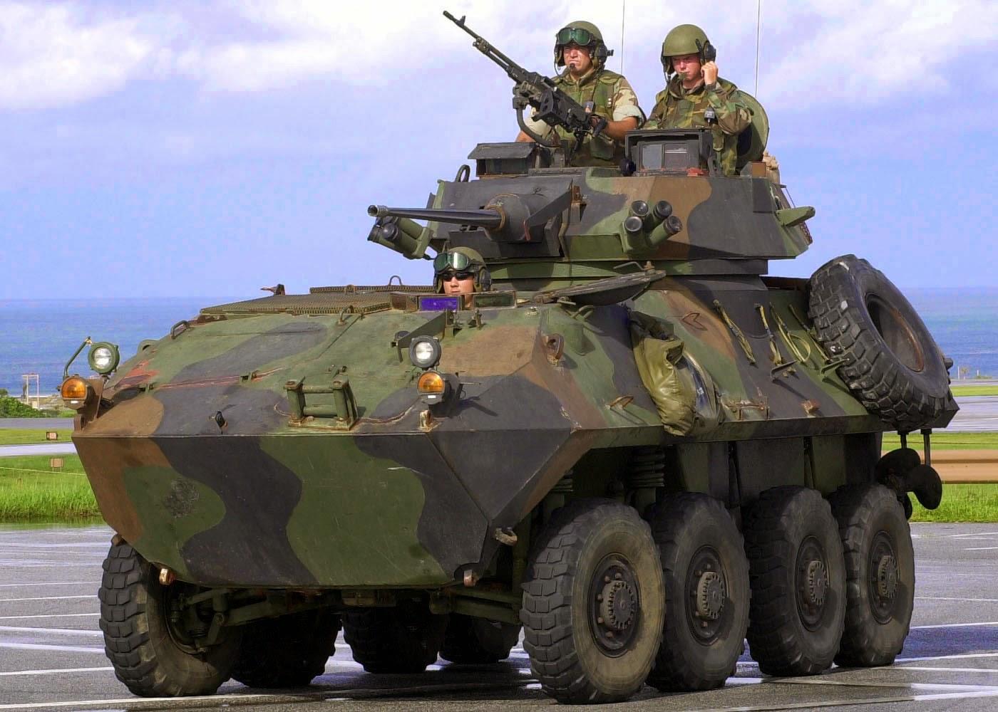 Acima: O LAV-25 é uma versão do Piranha III usada pelo exército canadense e pelos fuzileiros navais dos Estados Unidos. Seu armamento é pouco mais pesado que o Piranha IIIC padrão.