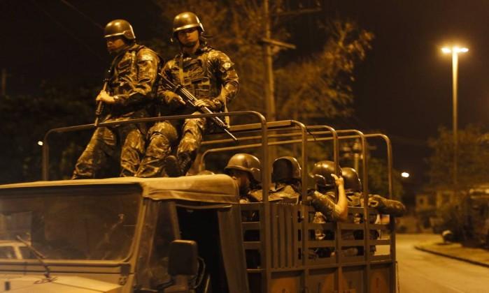 RIo de Janeiro (RJ) 05/05/2016 Exército chega de madrugada na Favela do Muquiço em Deodoro Fotos: Pedro Teixeira/ O Globo - Pedro Teixeira / Agência O Globo Leia mais sobre esse assunto em http://oglobo.globo.com/rio/apos-ataque-militar-exercito-faz-operacao-na-favela-do-muquico-19234554#ixzz47nBzqA22 © 1996 - 2016. Todos direitos reservados a Infoglobo Comunicação e Participações S.A. Este material não pode ser publicado, transmitido por broadcast, reescrito ou redistribuído sem autorização.