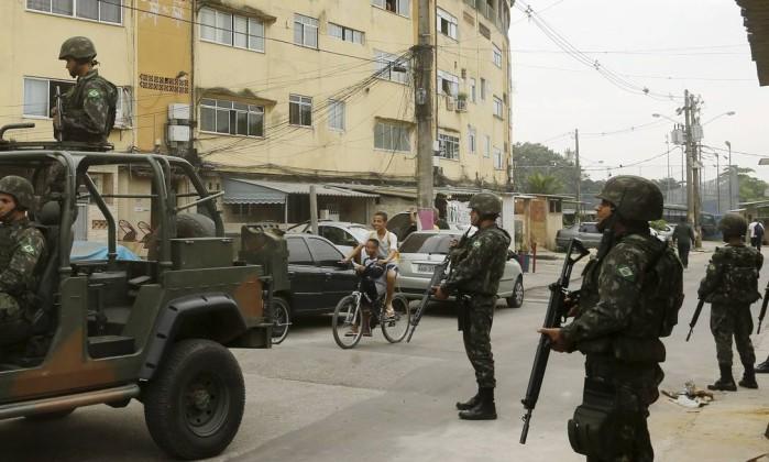 Militares do Exército fazem blitz nas proximidades do conjunto habitacional - Gabriel de Paiva / Agência O Globo Leia mais sobre esse assunto em http://oglobo.globo.com/rio/apos-ataque-militar-exercito-faz-operacao-na-favela-do-muquico-19234554#ixzz47nBXffXp © 1996 - 2016. Todos direitos reservados a Infoglobo Comunicação e Participações S.A. Este material não pode ser publicado, transmitido por broadcast, reescrito ou redistribuído sem autorização.