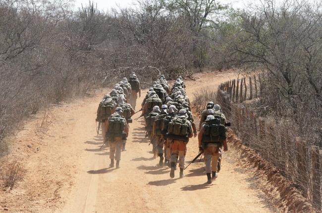 Soldados brasileiros treinam no Centro de Instrução e Operações na Caatinga. [Foto: Exército Brasileiro]