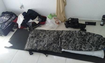 Na foto, cama improvisada em outro apartamento ocupado pelos militares Foto: reprodução