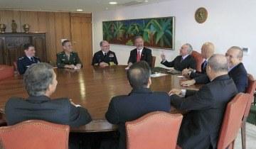Temer restitui poderes aos comandantes militares Presidente Temer recebe comandantes das Forças Armadas no Palácio do Planalto Foto: Marcos Corrêa/PR