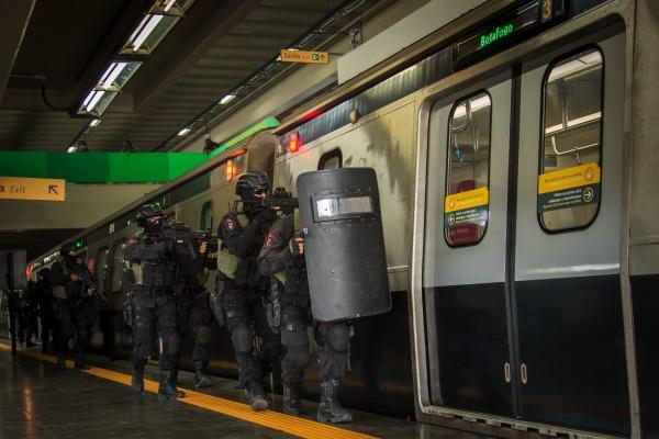 FAB PÉ DE POEIRA: Forças Especiais da FAB simulam combate à ação terrorista em estação de metrô