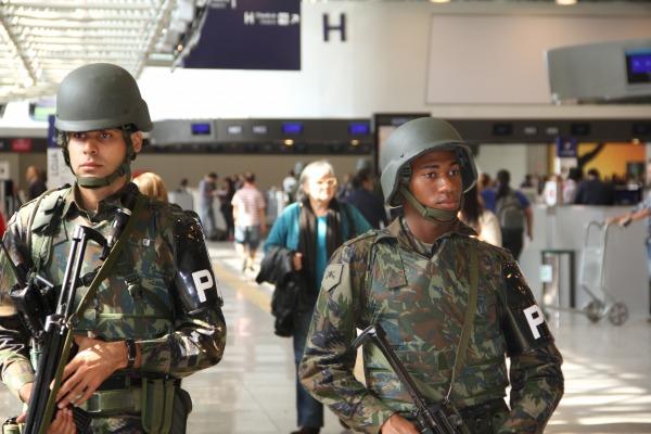 FAB PÉ DE POEIRA: Aeronáutica e Agências de Segurança fazem treinamento no Aeroporto do Galeão.