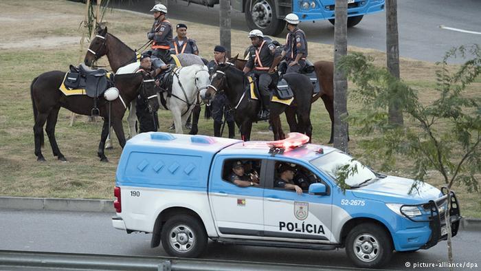 Policiais fazem a segurança na região próxima ao Maracanã, no dia da abertura dos Jogos