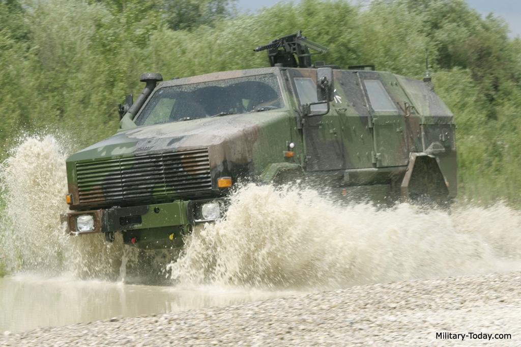 Acima: O Dingo 2 não é um veículo anfíbio, mas sua boa altura do solo lhe permite transpor um rio com profundidade de até 1,20 metro.