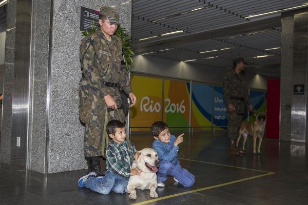 FAB PÉ DE POEIRA: Cães do Batalhão de Infantaria da Aeronáutica Especial do Galeão (BINFAE-GL) chamam atenção de passageiros no Aeroporto Tom Jobim
